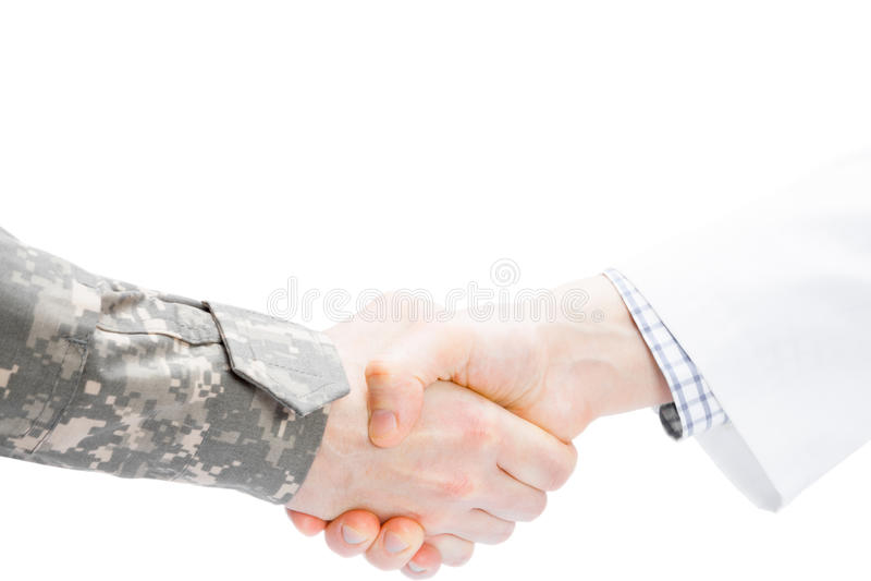 Доктор и военный тряся руки на белой предпосылке стоковые изображения rf