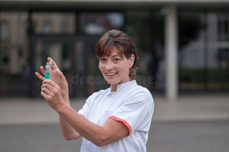 Доктор или медсестра держа подкожное стоковое фото