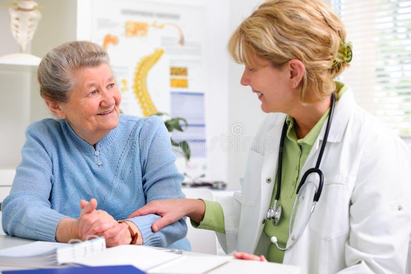 Доктор и пациент стоковые фото