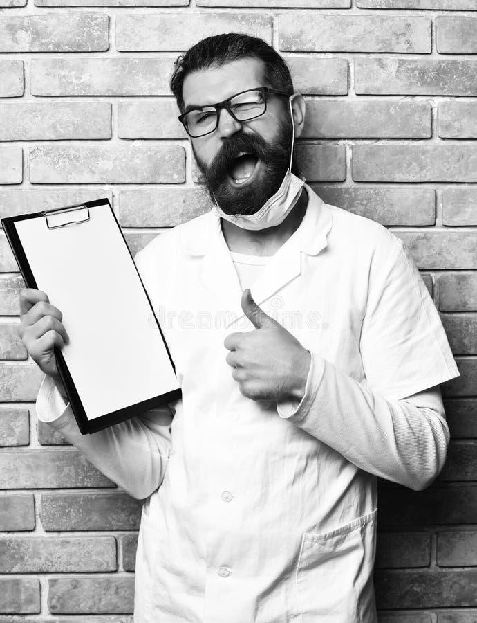 Доктор концепции медицины бородатый зверский кавказский или аспирантский студент с доской сзажимом для бумаги стоковое фото rf