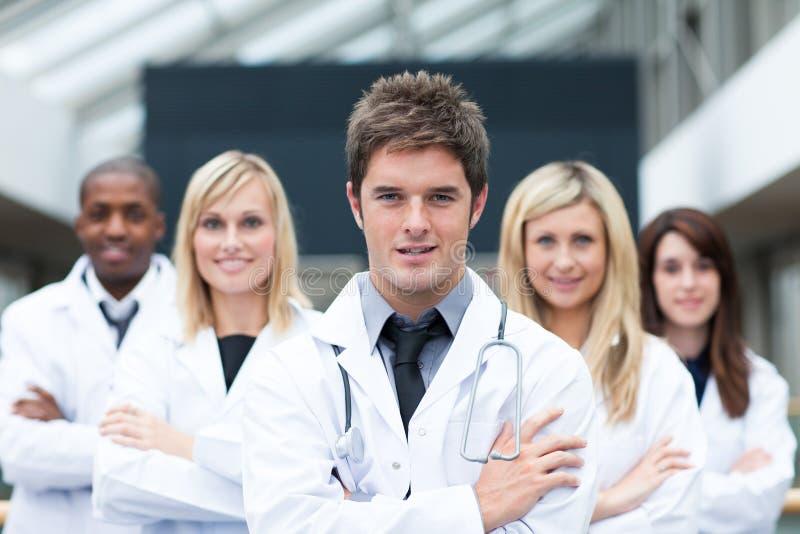 доктор красивый его ведущие детеныши команды стоковое изображение rf