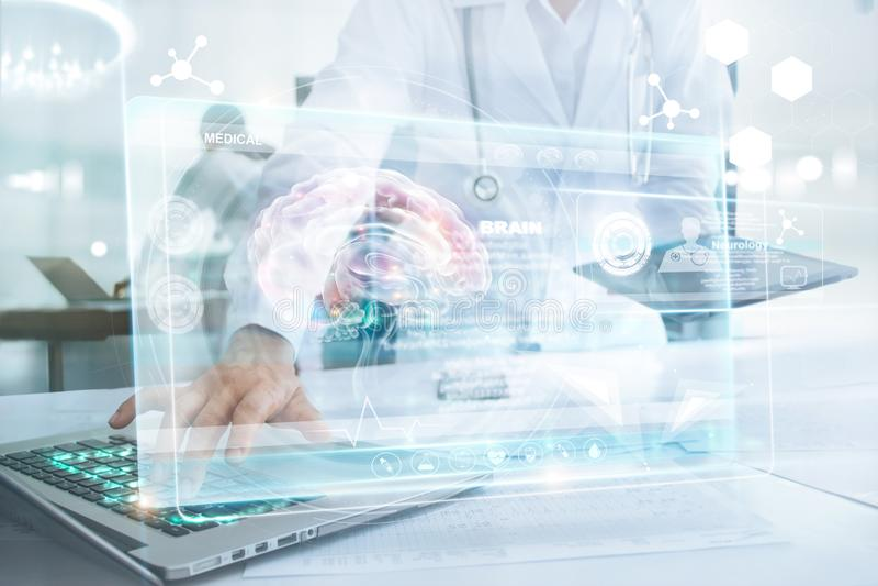 Доктор медицины в компьтер-книжке мозга касающей и информация медицинская стоковое фото rf