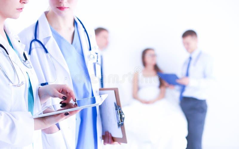 Доктор молодой женщины держа ПК таблетки стоковое изображение