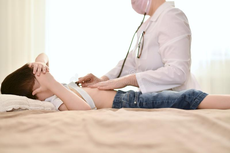 Доктор на звонке к ребенку стоковые фото