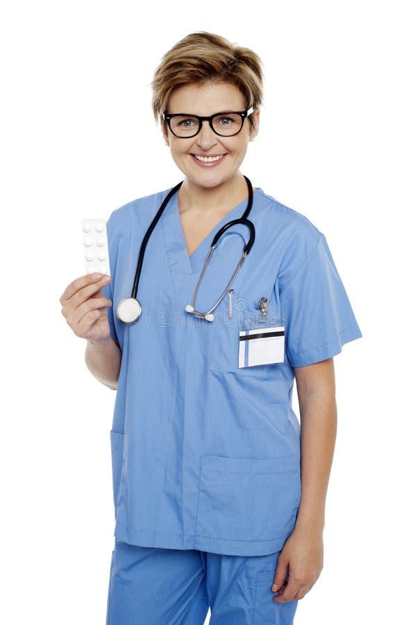Доктор на пакете микстуры удерживания обязанности в руке стоковые изображения