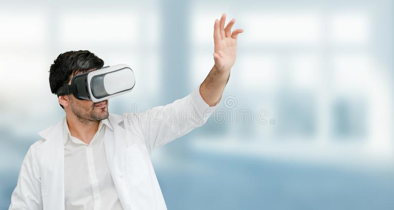 Доктор нося изумленные взгляды виртуальной реальности VR стоковое изображение