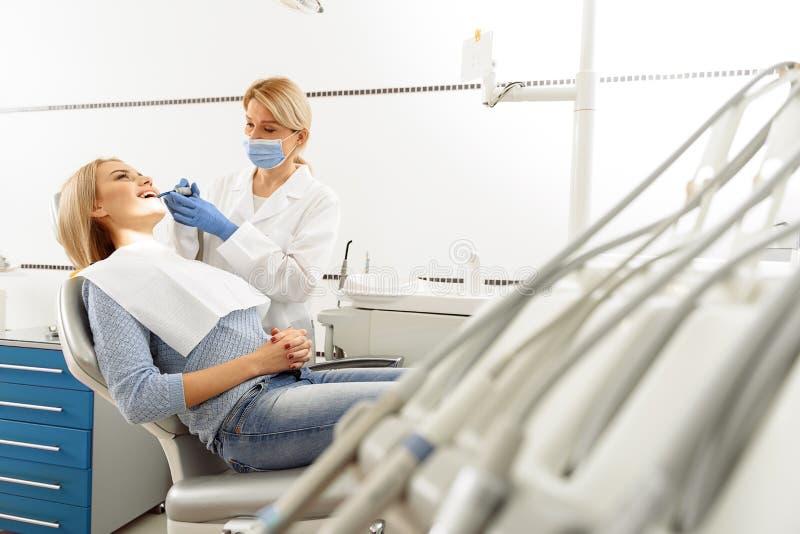 Доктор обрабатывая зубы женщины стоковые фотографии rf