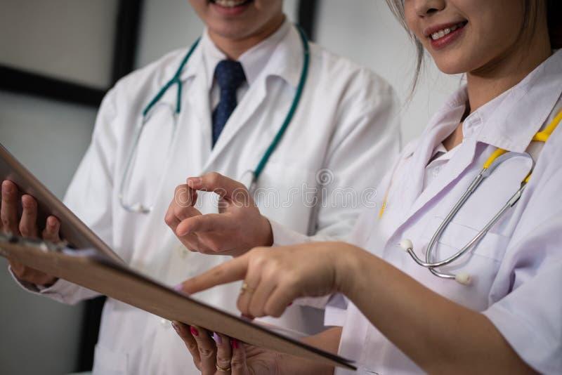 Доктор обсуждая терпеливую обработку медицинский персонал имеет встречу стоковые фотографии rf