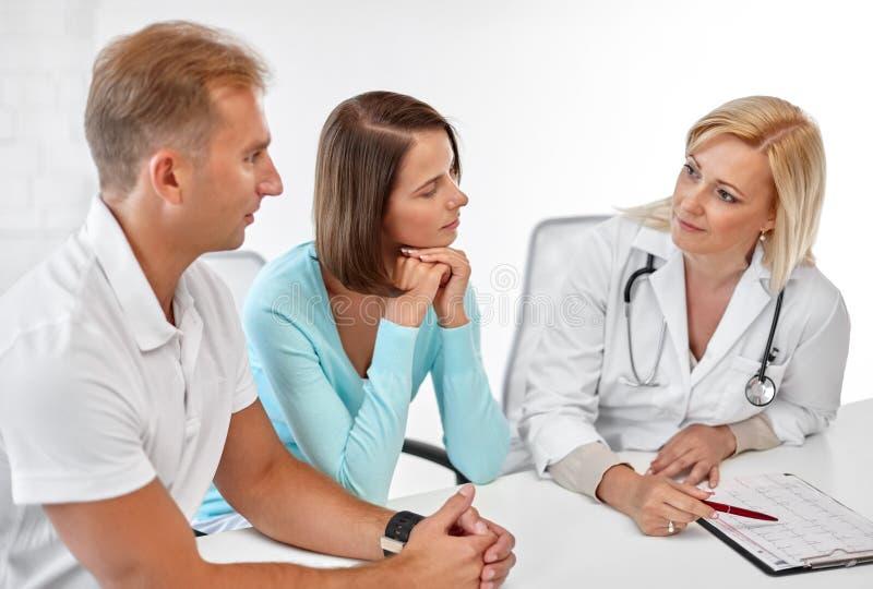 Доктор пар посещая на клинике планируемого размера семьи стоковые фотографии rf