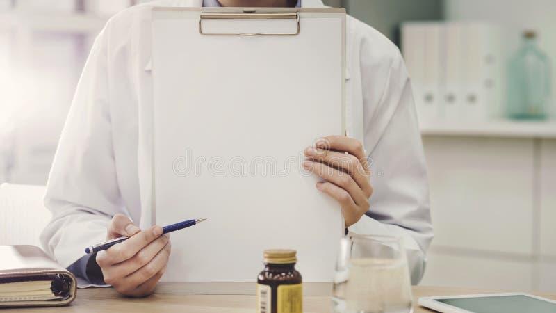 Доктор показывая пустую страницу стоковое фото