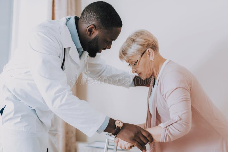 Доктор Помогать Женщина Получать Вверх Терпеливый больной чувства стоковое изображение rf