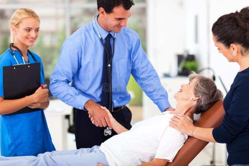 Доктор приветствуя старшего пациента стоковое изображение rf