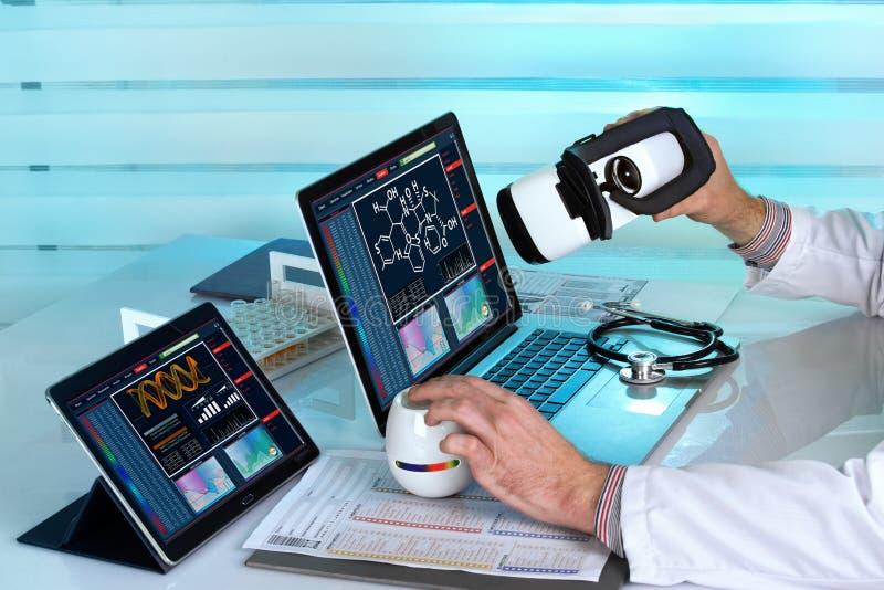 Доктор при компьютеры и шлемофон vr виртуальной реальности работая внутри стоковое фото rf