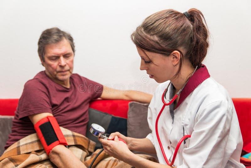Доктор проверяет кровяное давление стоковое фото rf