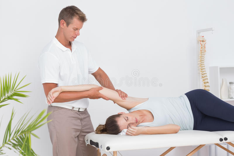 Доктор протягивая его терпеливую руку стоковое фото rf