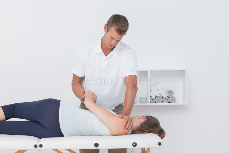 Доктор протягивая женщину назад стоковое фото