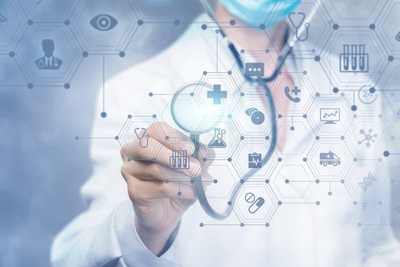 Доктор работая со структурой медицинского обслуживания составной стоковое изображение rf