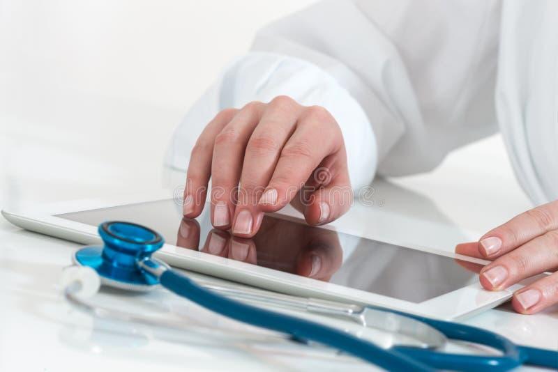 Доктор работая с цифровым планшетом стоковое изображение