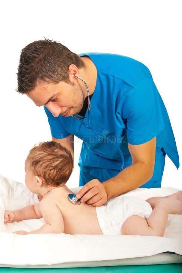 Доктор рассматривает дыхание к младенцу стоковое изображение rf