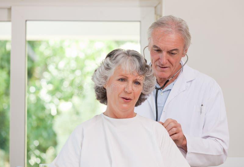доктор рассматривая его пациента стоковое изображение rf