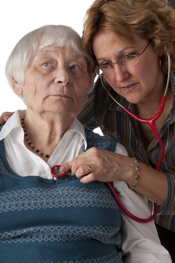 доктор рассматривая женский терпеливейший старший стоковые фотографии rf