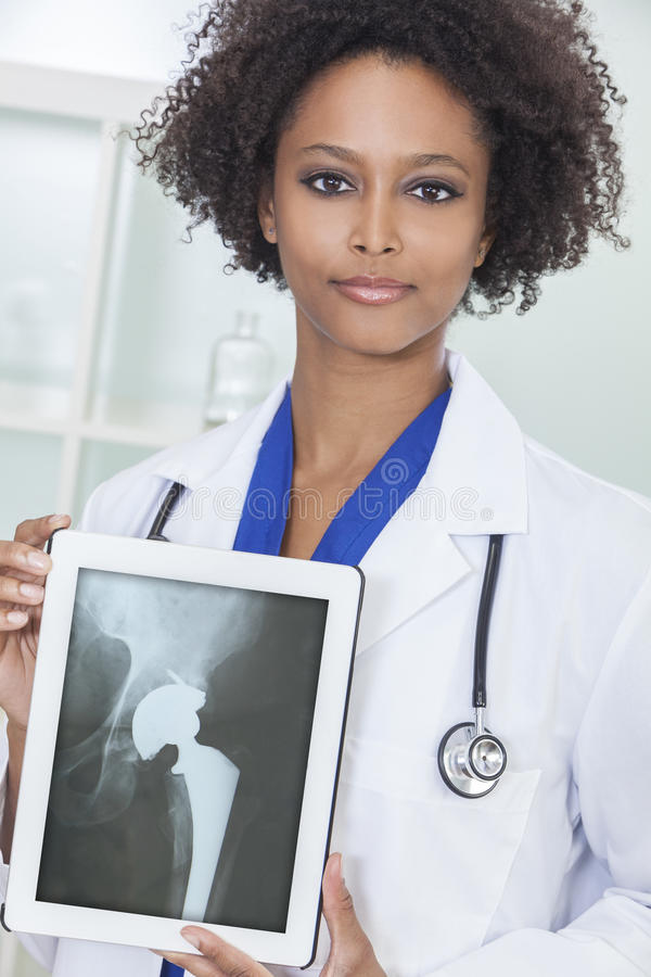 Доктор Рентгеновский снимок Таблетка Компьютер женщины афроамериканца стоковые изображения rf