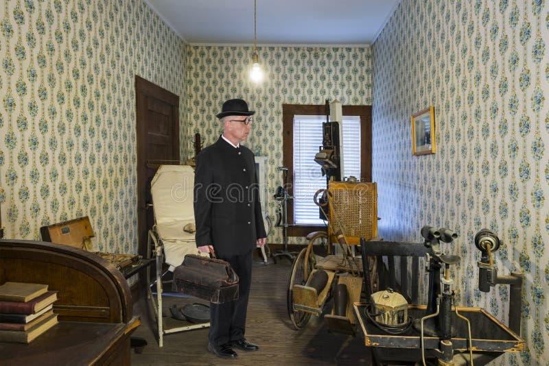 Доктор родины винтажный, комната рассмотрения стоковые изображения rf