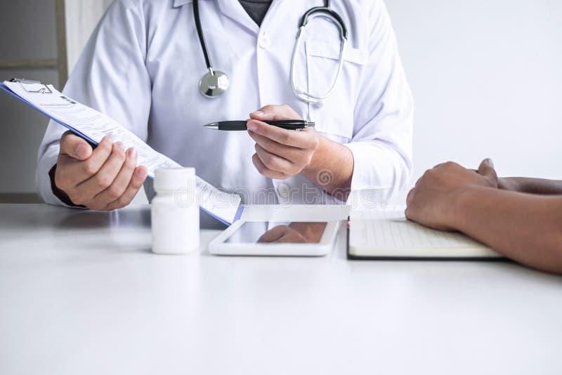 Доктор советуя с с пациентом и проверяя условие болезни пока представляющ симптом диагноза результатов рассматривая о стоковые фото