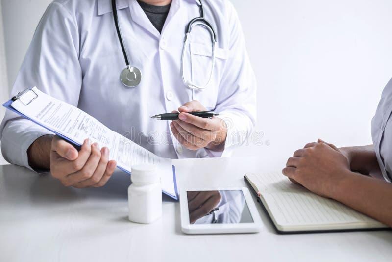 Доктор советуя с с пациентом и проверяя условие болезни пока представляющ симптом диагноза результатов рассматривая о стоковые изображения rf