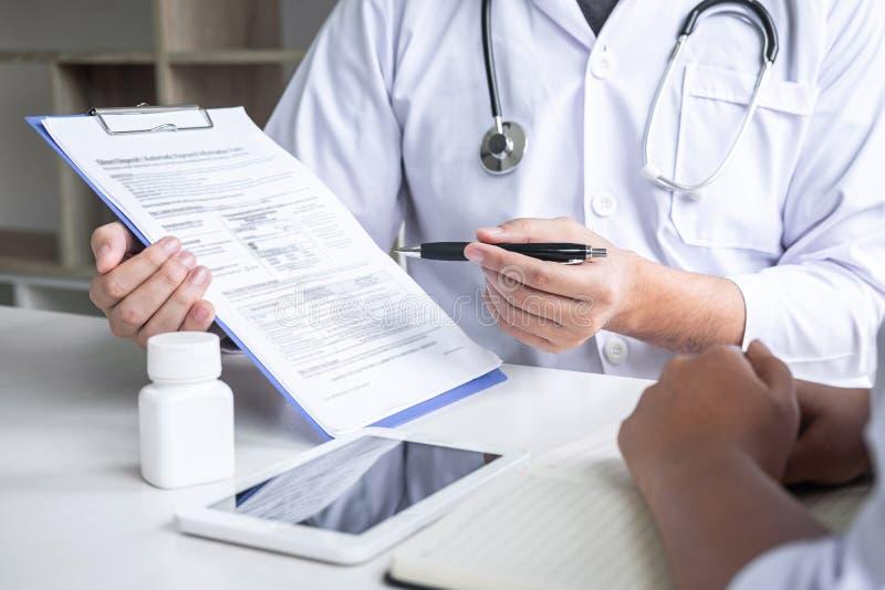 Доктор советуя с с пациентом и проверяя условие болезни пока представляющ симптом диагноза результатов рассматривая о стоковая фотография rf