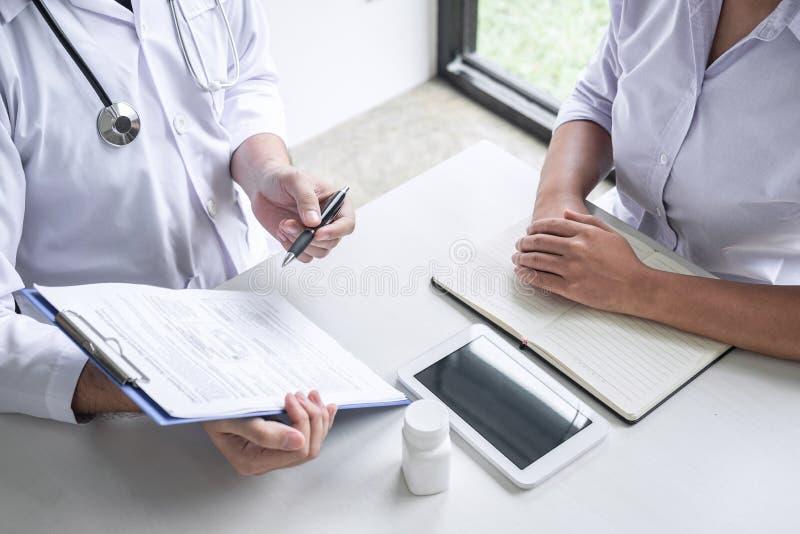 Доктор советуя с с пациентом и проверяя условие болезни пока представляющ симптом диагноза результатов рассматривая о стоковые изображения