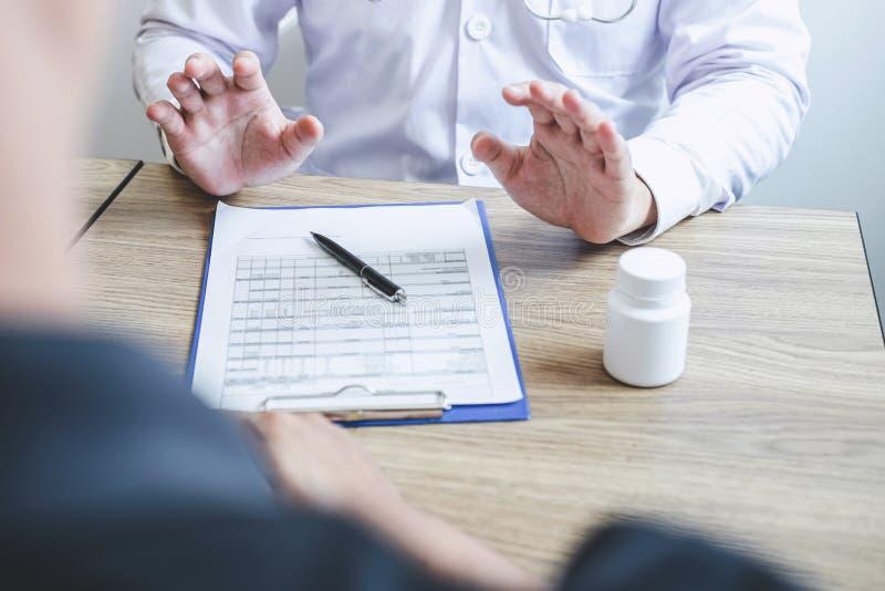 Доктор советуя с с пациентом рассматривая для пациента, представляя симптом результатов о проблеме и порекомендовать метод лечени стоковая фотография rf