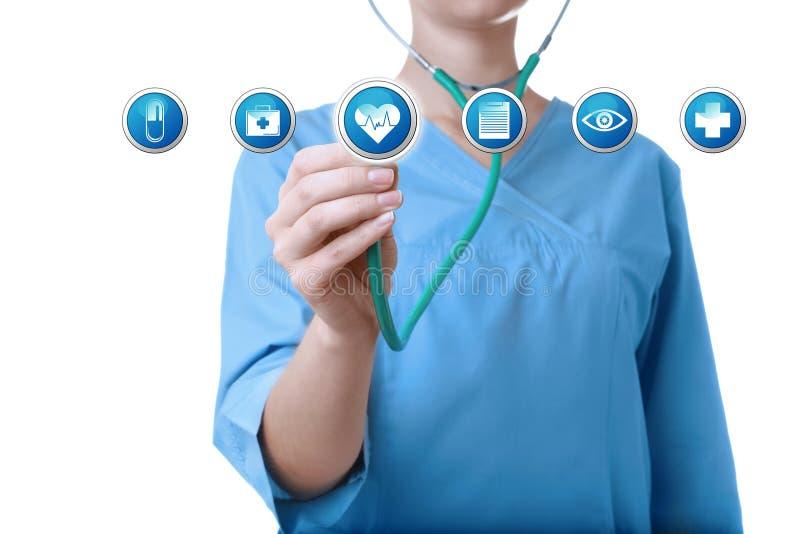 Доктор со стетоскопом и информационные значки на белой предпосылке Медицинское обслуживание стоковое фото rf