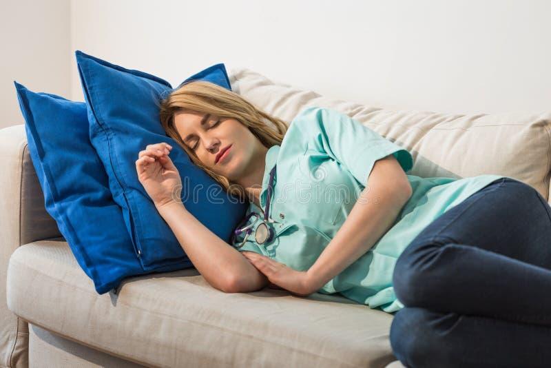 Доктор спать во время ночной смены стоковая фотография