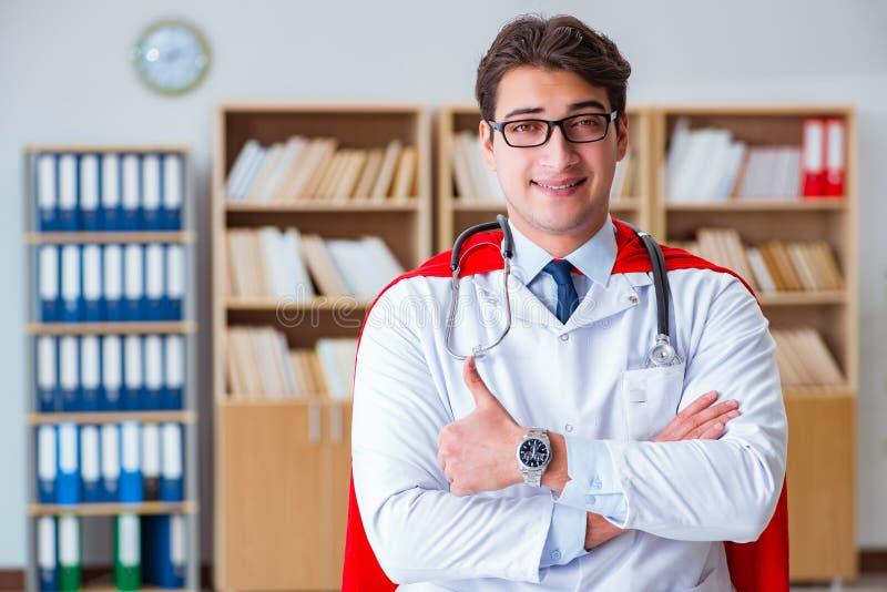 Доктор супергероя работая в лаборатории больницы стоковое фото rf