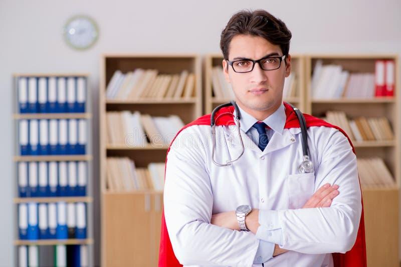 Доктор супергероя работая в больнице лаборатории стоковое фото rf