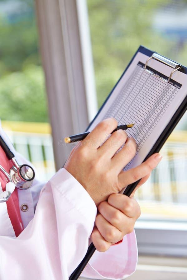 Доктор с доской сзажимом для бумаги и контрольным списоком стоковые изображения