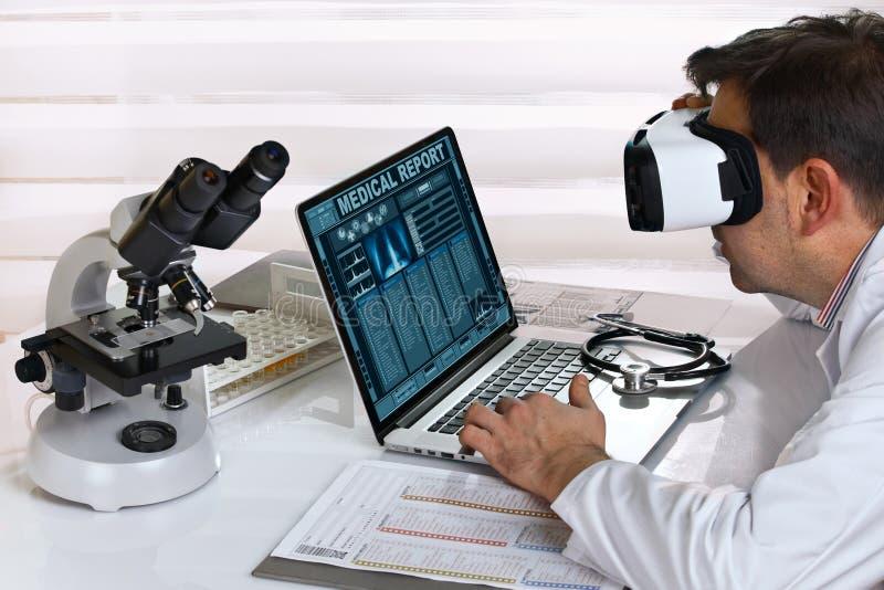 Доктор с деятельностью стекел виртуальной реальности в консультации c стоковое фото rf