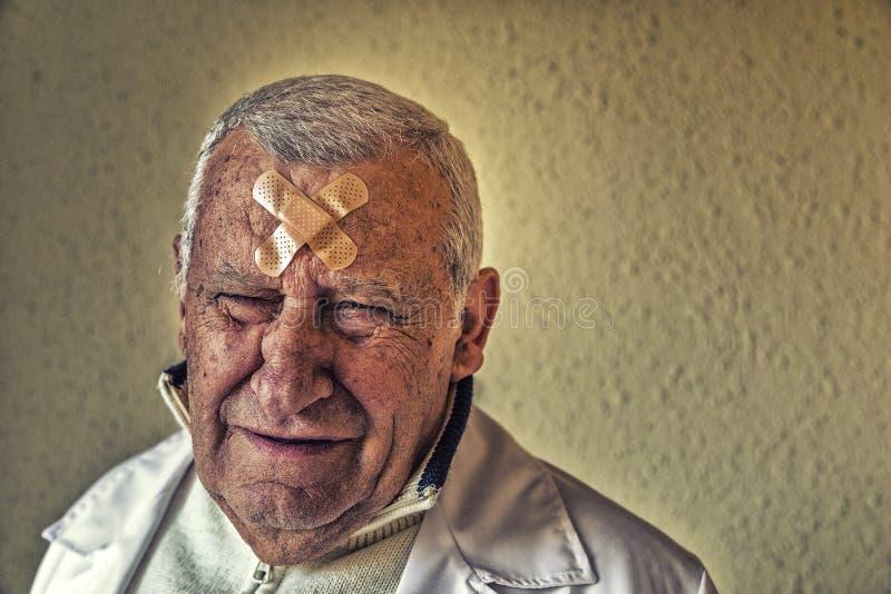 Доктор с заплатами на лбе стоковые изображения rf