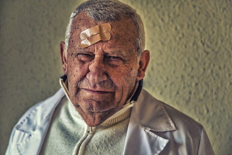 Доктор с заплатами на лбе стоковая фотография