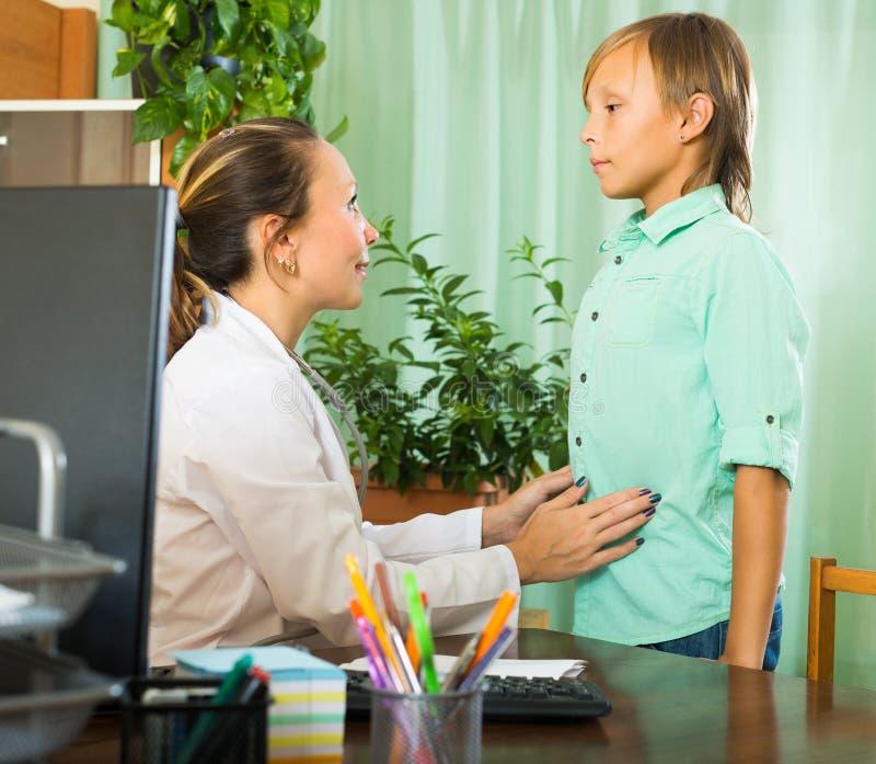 Доктор с пациентом подростка стоковая фотография rf