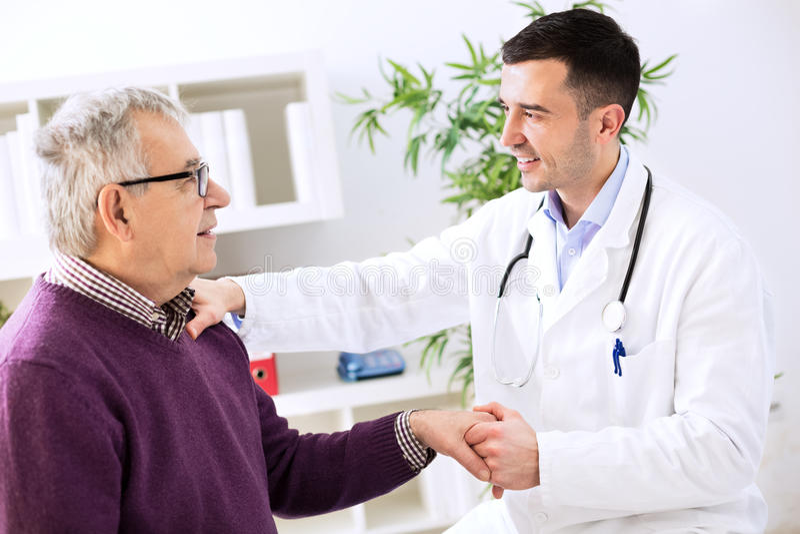 Доктор с пациентом стоковые изображения