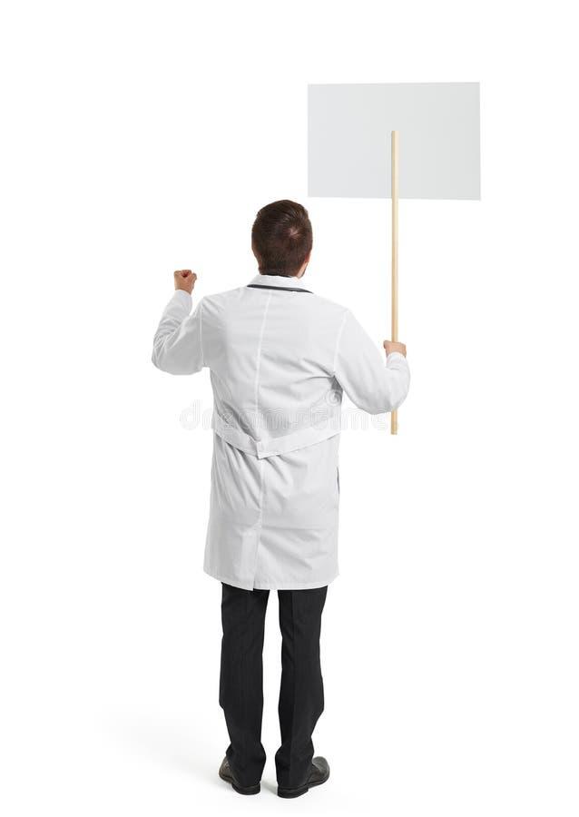 Доктор с плакатом над белизной стоковое изображение rf
