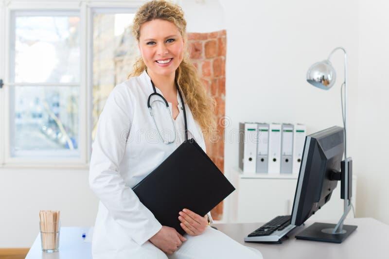Доктор с результатом теста в документе или досье стоковые изображения