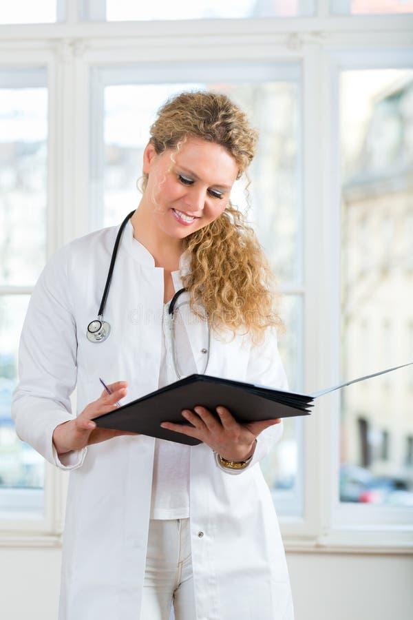 Доктор с результатом теста в документе или досье стоковая фотография