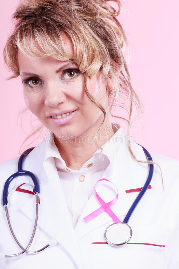 Доктор с розовой лентой рака стоковое фото