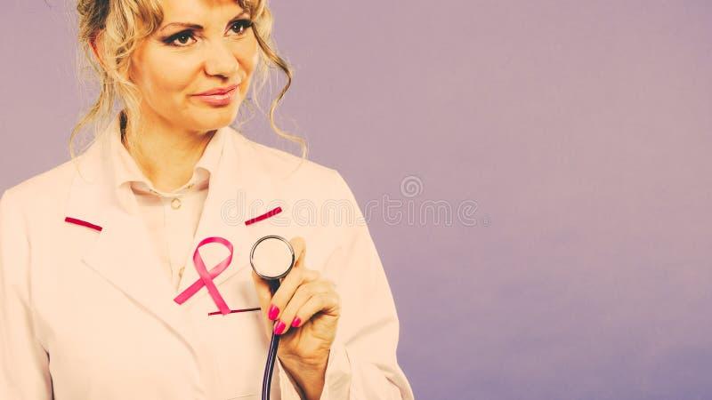 Доктор с розовой лентой рака стоковое изображение