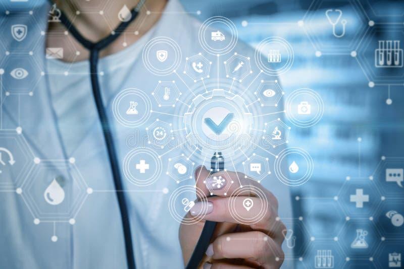 Доктор с составной системой качества медицинского обслуживания стоковые изображения