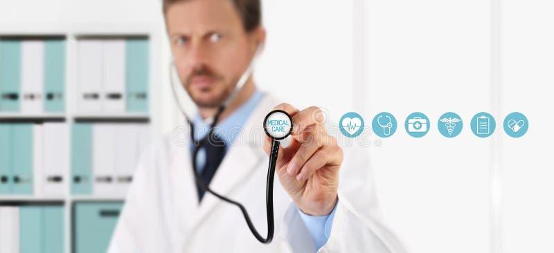 Доктор с стетоскопом в руках и медицинских значках стоковое изображение rf