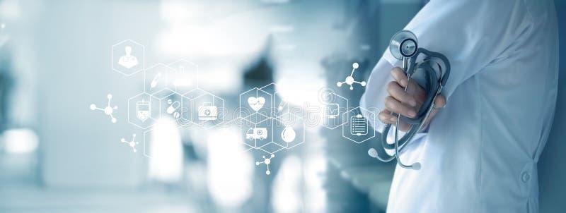 Доктор с стетоскопом в руке на предпосылке больницы, медицинской стоковые фотографии rf